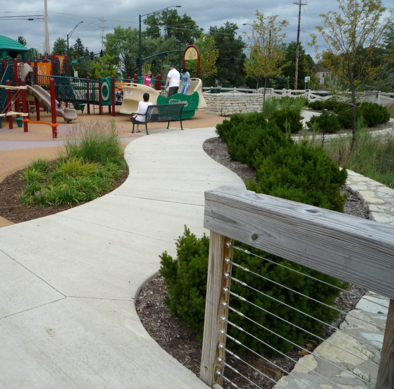 写真:歩道や植栽が美しく整備された遊具エリア