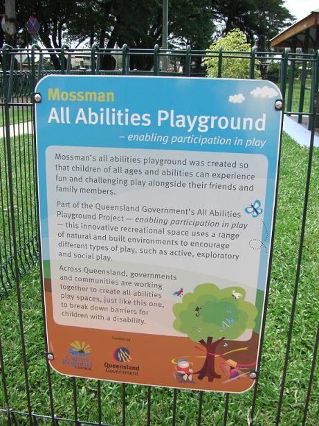 写真:フェンスに取り付けられた公園の説明板