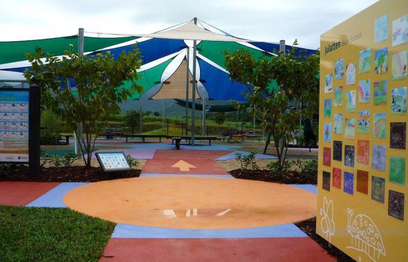 写真:大きな傘が開いたような形の日除け。中央の遊び場の10数メートル四方をカバーする