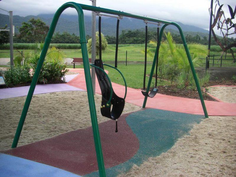 写真:一般的なゴムのベルトシートと、背もたれの付いたシートが並んで吊るされているブランコ