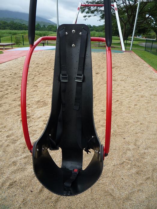 写真:背もたれのあるシート。5点式シートベルト付き