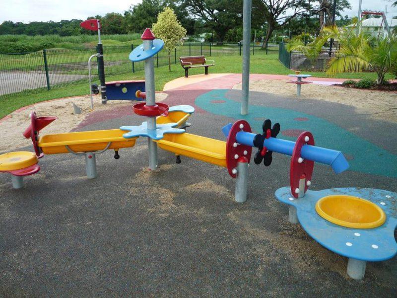 写真:水遊びテーブル。水が出る中心部から三方に分かれて筧が延び、水を溜めたりすくって流したりして遊べる