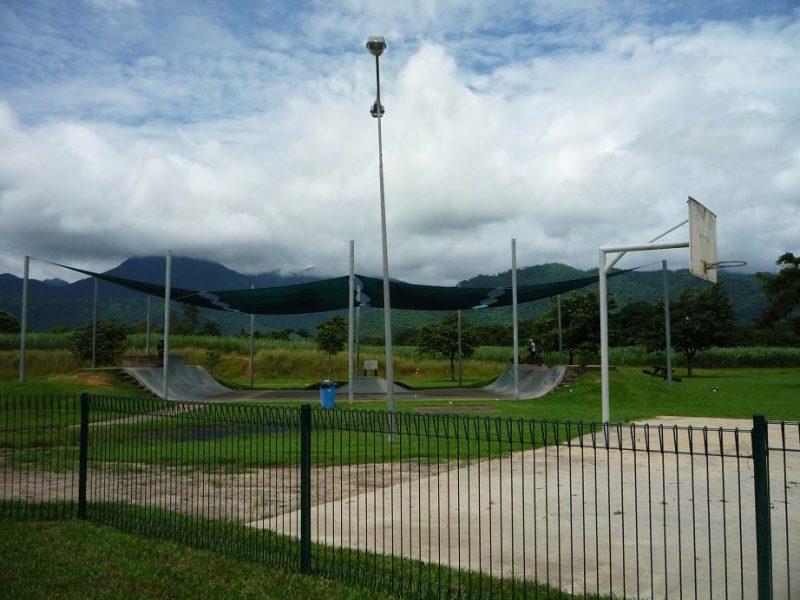 写真:フェンスの向こうにはバスケットコート。さらに奥には、競技用のモトクロス自転車でも楽しめるスケートパーク