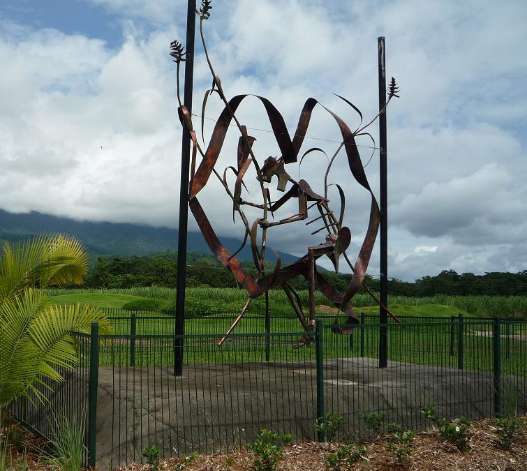 写真:金属でつくられた高さ5メートルほどの造形作品。フェンスで囲われている