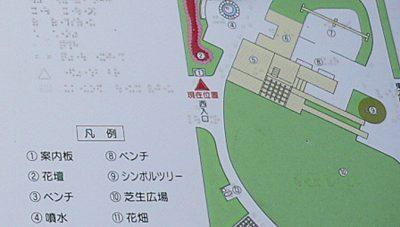 写真:案内板の小さな地図のアップ。点字や凹凸があることがわかる