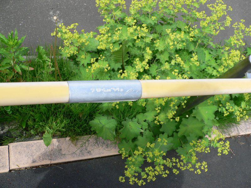 写真:手すりの握り部分に付けられた点字のプレート。「カイセツバン(ウシロニ)」と書かれている