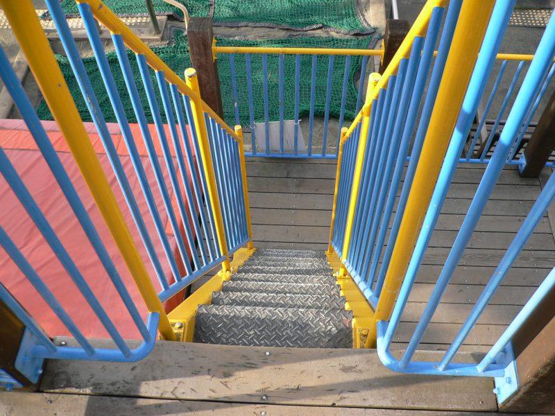 写真:2階デッキから見下ろした階段
