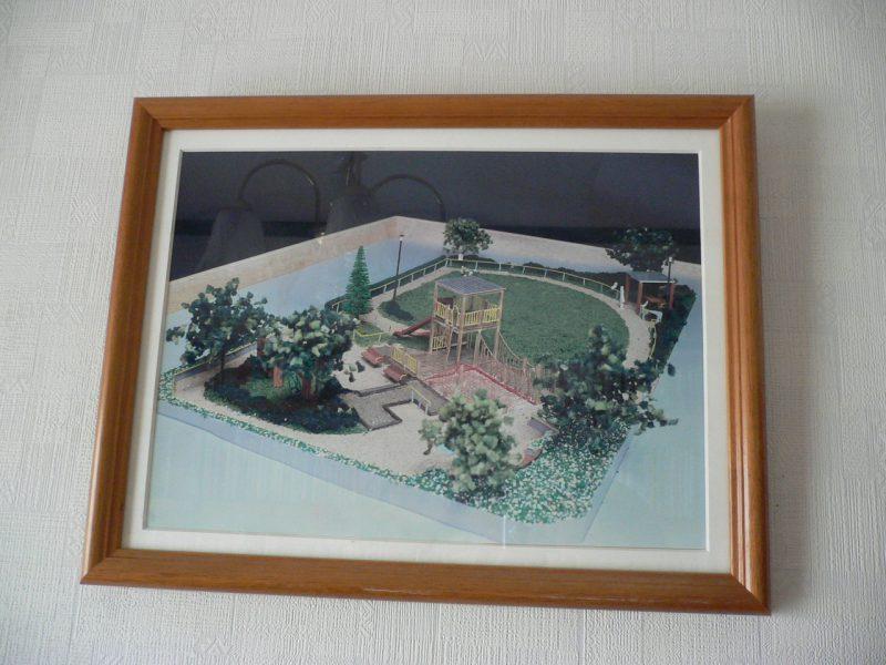 写真:むくどりホームの壁に飾られている公園模型の写真。公園の計画段階に住民参加のワークショップを経て作られたもの