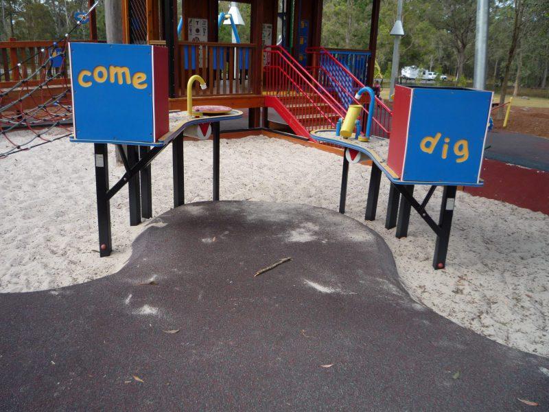 写真:砂場に置かれた2つのテーブル