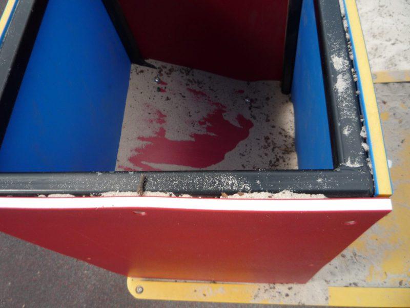 写真:箱の内側を上から覗いたところ。ふたはなく、底板は穴に向かって斜めに傾いている