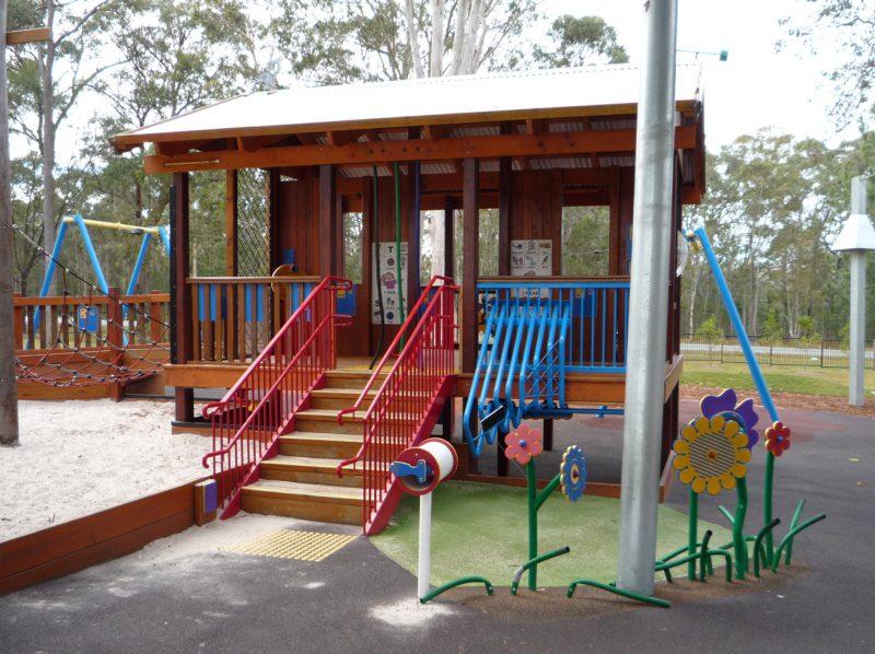 写真:砂場に隣接した高床式の木造プレイハウス。裏からアクセスできる床下にも遊びのスペースがある