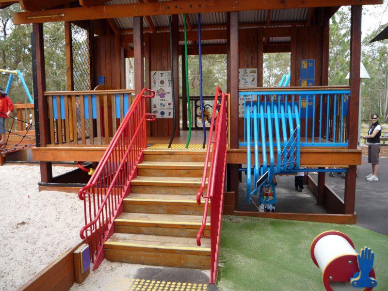 写真:コテージの正面にある階段。階段の上と下には点状ブロックに似た黄色の円い突起が並んでいる