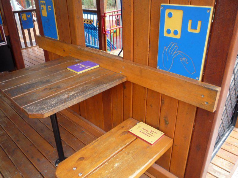 写真:ささやかなダイニングコーナー。壁際にテーブルとベンチがひとつ。車いすの子どもはベンチの向かい側の席につくことができる