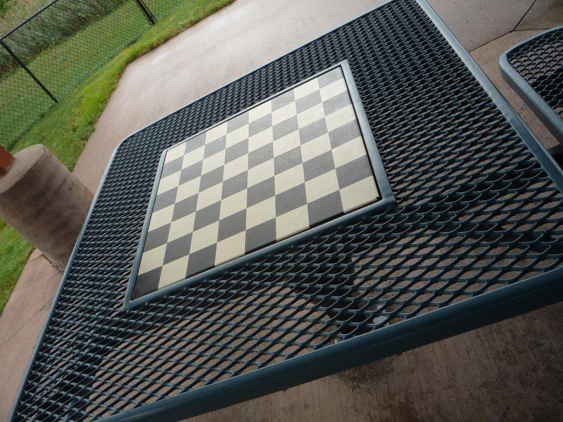 写真:四角いテーブルの中央はチェス盤