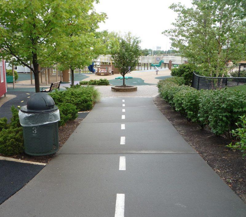 写真:車道に似せて作られた幅広の園路
