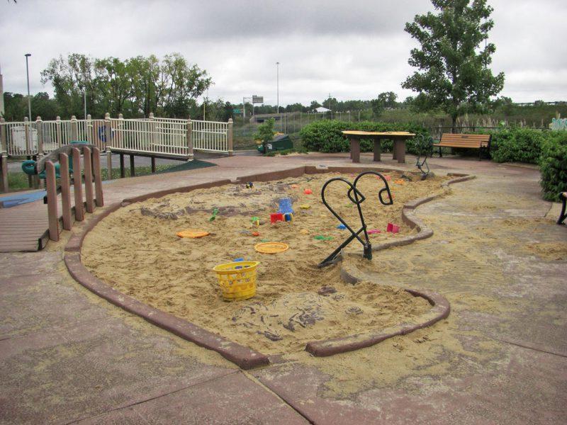 写真:砂場。中にはスコップやバケツなどの砂遊び道具がいっぱい