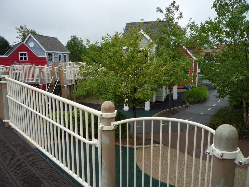 写真:スロープから見渡す街路樹や家並み