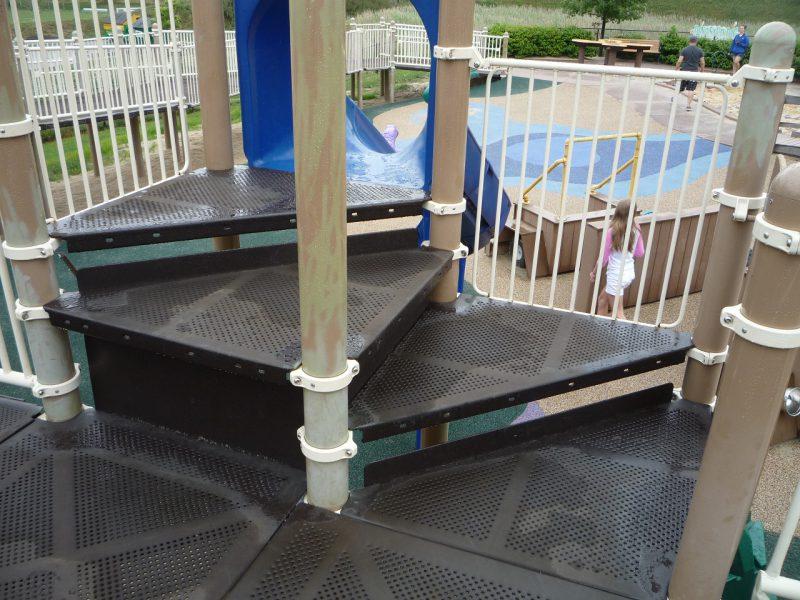写真:滑り台のアクセスポイント。車いすから移乗しやすいようデッキ付き