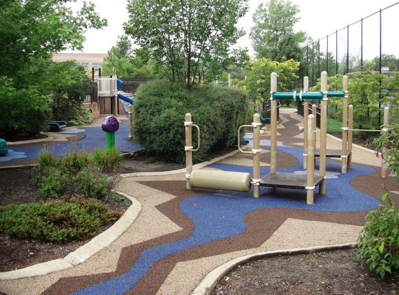写真:学童向けの遊びエリア。ふんだんな植栽がエリアを区切る役目もしている