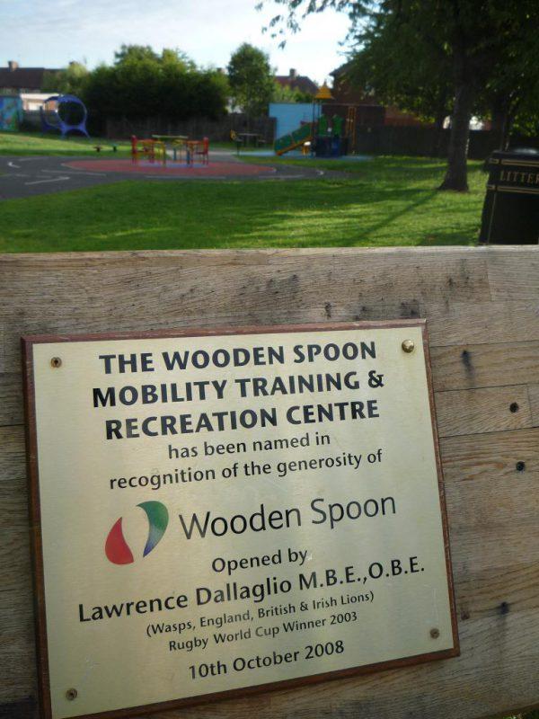写真:公園の入口。「wooden spoon」の名を記した看板