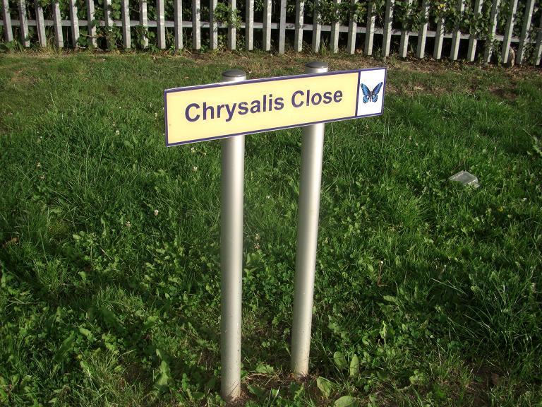 写真:園路の脇に立つ標識