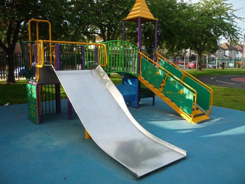 写真:小ぶりな複合遊具。滑り台はステンレス製で幅広