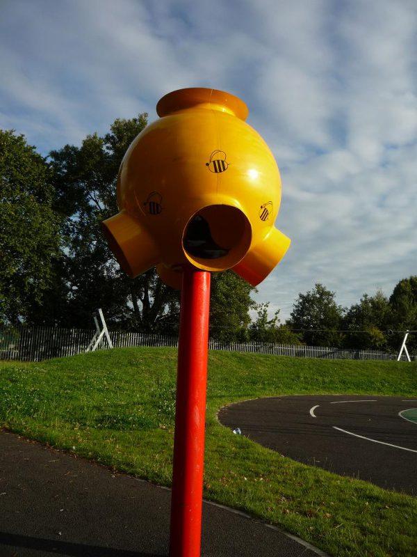 写真:色鉛筆で区切られた一画に置かれた、ボールを投げ入れて遊ぶゴール