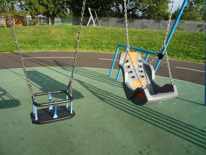 写真:幼児用のバケット型ブランコと、背もたれの付いたシート型ブランコ