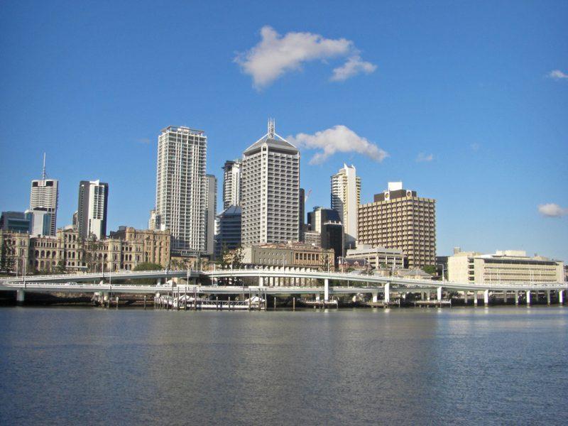写真:川岸から望むブリスベン市街地