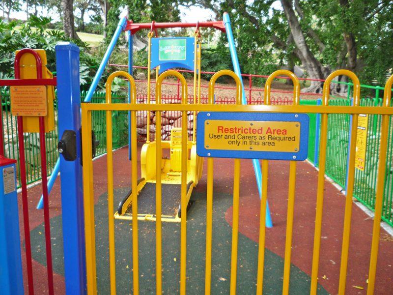 写真:柵の入口部分。ゲートは締まり、高い位置に鍵を差し込むところがある