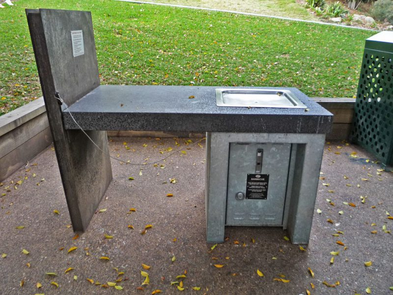 写真:バーベキュー用の調理台と鉄板