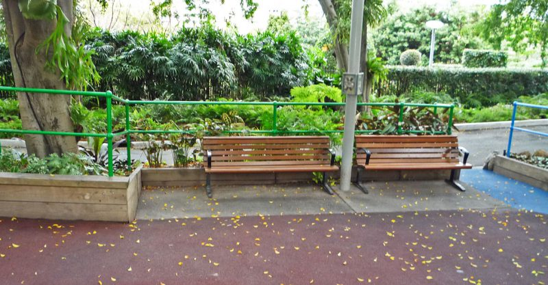 写真:2つのベンチが置かれたコーナー。ベンチと隣の花壇の間には1メートルほどの空間
