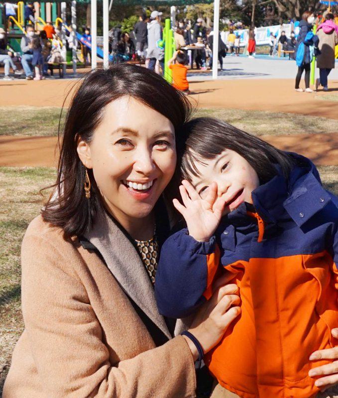 写真:笑顔の龍円愛梨さんと息子のニコくん