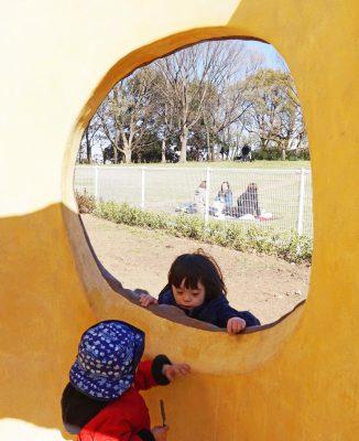 写真:遊び場で他の子どもと関わるニコくん