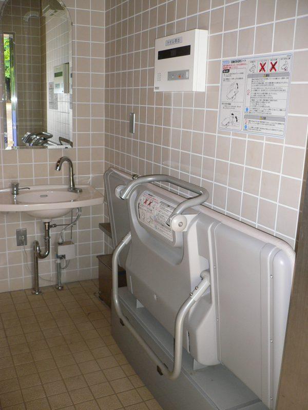 写真:多目的トイレの内部。壁際には引き出して使う着替え用のベッド。大人でも使える大型サイズ