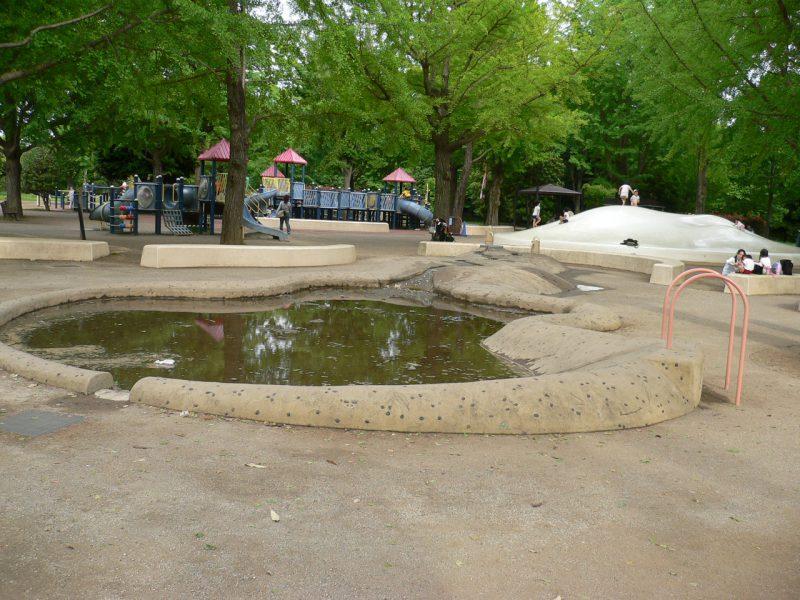 写真:「ふわふわドーム」の手前にある「どろんこ池