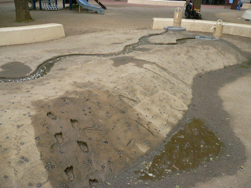 写真:どろんこ池につながる小山と、その上に掘られた水路