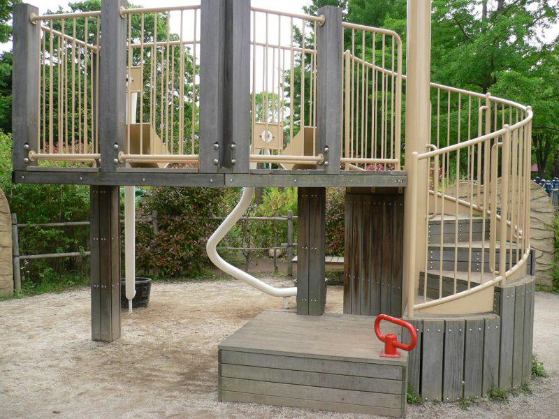 写真:螺旋階段の付いたデッキ。階段の一段目はタタミ半畳ほどの広さの四角い段で、赤いつかまりバーが1つ付いている
