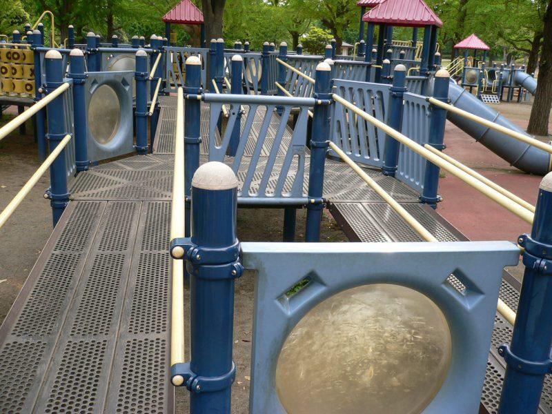 写真:大型複合遊具。幅も傾斜も同じスロープが2本並行して延びている