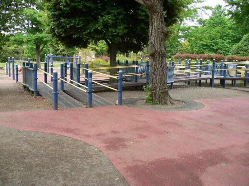 写真:複合遊具の入口。2本並んだスロープへは、土の地面ではなくゴム舗装の地面からアクセスできる