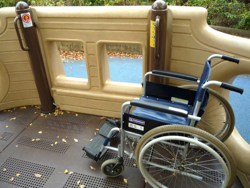 写真:車いすのまま乗り込める。壁には丸や四角の窓がいくつも開いている
