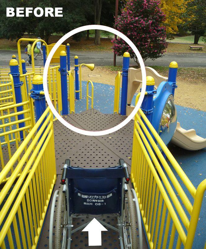 写真:スロープを下った先の正面がぽっかりと空いているデッキ