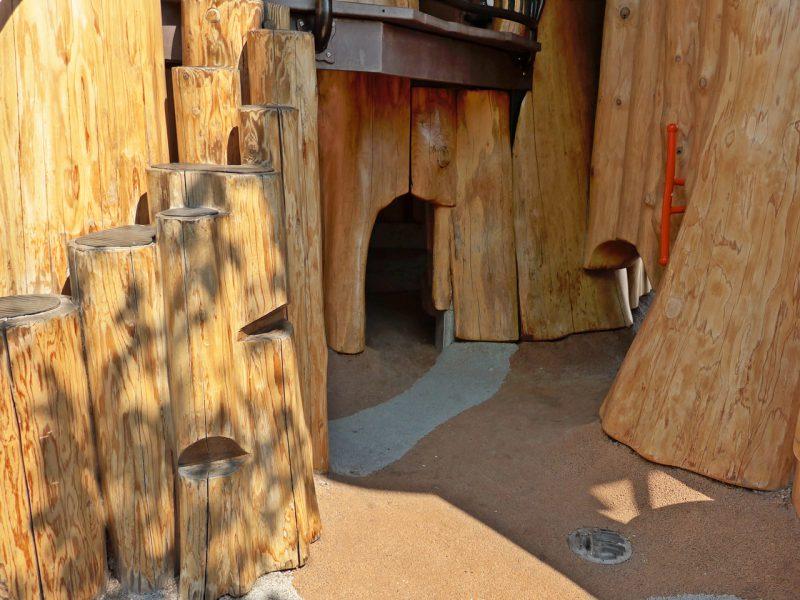 写真:複合遊具の下。大人には通れないサイズの穴が複数ある