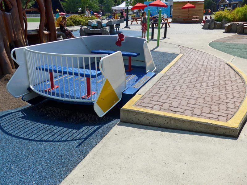 写真:前後にはベンチがあり、中央のスペースには車いすやベビーカーも乗り込める。前方中央に簡単なハンドルがあるが、ベンチがあるため車いすユーザーには手が届きにくいのが難点
