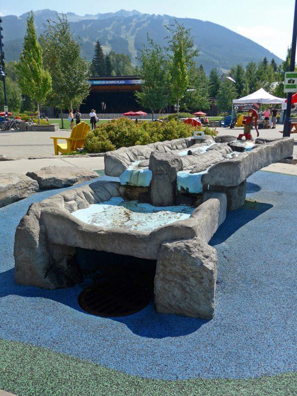 写真:水遊び場。2段の水遊びテーブルは岩と氷河を模したデザイン