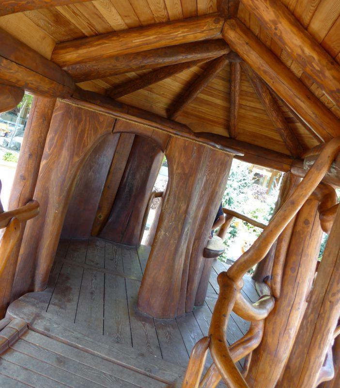 写真:アプローチの先にある木の洞のような小部屋