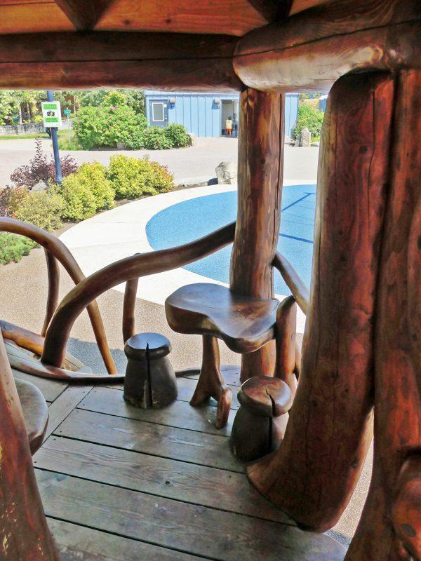 写真:カフェのテラス席のようなスペース