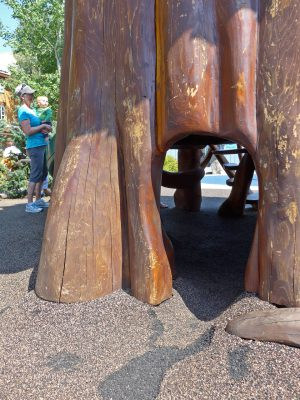 写真:デッキ下へ出入りできる穴の一つ