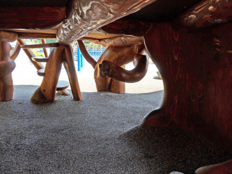 写真:暗い床下空間に向かって上から大きなヘビがユラリと顔を出したような姿