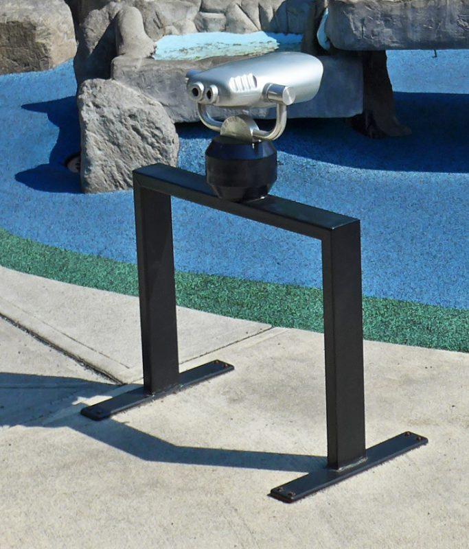 写真:望遠鏡。車いすユーザーが接近しやすいよう、支柱を2本に分けることで中央に空間を確保している